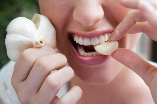 eating-raw-garlic